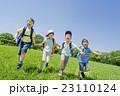 新緑の公園で遊ぶ小学生たち 23110124