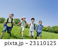 新緑の公園で遊ぶ小学生たち 23110125