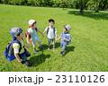 新緑の公園で遊ぶ小学生たち 23110126
