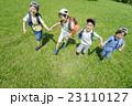 新緑の公園で遊ぶ小学生たち 23110127