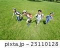 新緑の公園で遊ぶ小学生たち 23110128