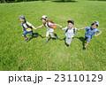 新緑の公園で遊ぶ小学生たち 23110129