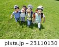新緑の公園で遊ぶ小学生たち 23110130