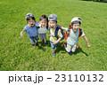 新緑の公園で遊ぶ小学生たち 23110132