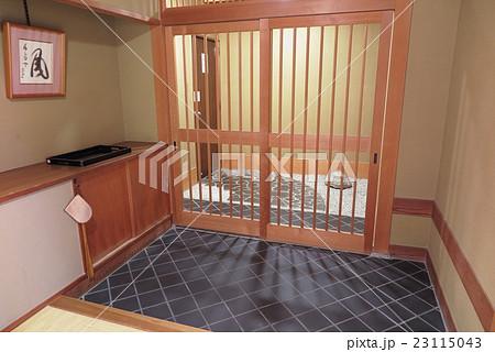 旅館部屋の入り口 23115043