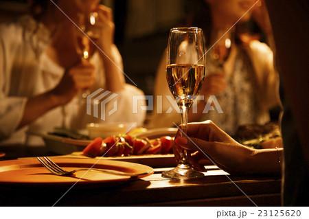 パーティー 女子会 オープンテラス 友達 友人 夜 23125620