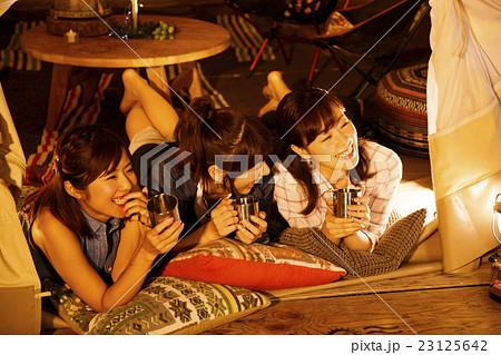 キャンプ アウトドア テント 女性 夜 友達 友人 23125642