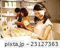 ショッピング 買い物 女性 雑貨 セレクトショップ 撮影協力:TENOHA DAIKANYAMA  23127363