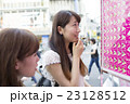 東京 原宿 クレープのメニューを見る 笑顔 通り 2人 女子旅 東京観光 汎用 23128512