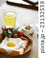 テーブルの上の朝食 23132559