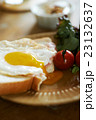 朝食をとる夫婦 23132637