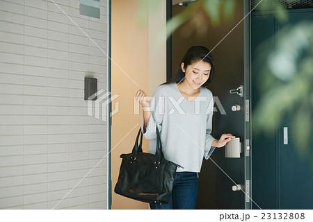 出掛ける女性の写真素材 [23132808] - PIXTA