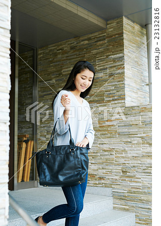 出掛ける女性の写真素材 [23132816] - PIXTA