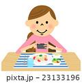 食事を撮影する女性 23133196