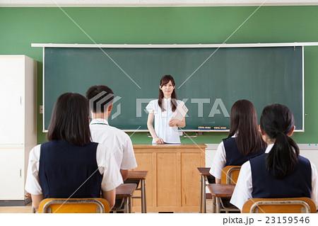 中学校授業風景 先生と生徒 23159546