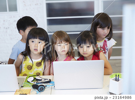 パソコンを見る子供たち 23164986