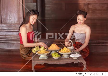 Beautiful thai girls in thai traditional costume  23165010