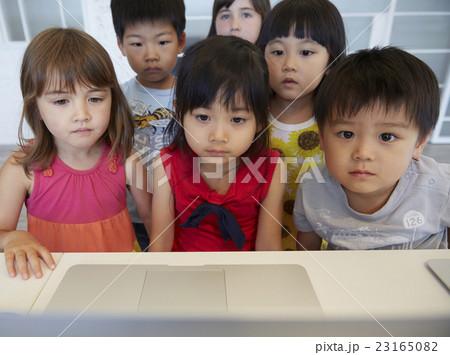 パソコンを見る子供たち 23165082