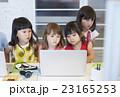 パソコンを見る子供たち 23165253