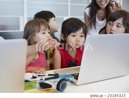 パソコンを見る子供たち 23165325
