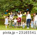 ピクニックを楽しむママ友達 23165541