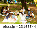 ピクニックを楽しむママ友達 23165544