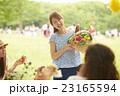 ピクニックを楽しむママ友達 23165594