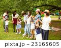 ピクニックを楽しむママ友達 23165605