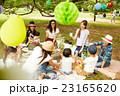 ピクニックを楽しむママ友達 23165620
