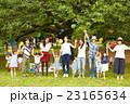 ピクニックを楽しむママ友達 23165634