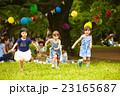 公園で遊ぶ子供 23165687