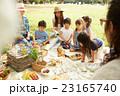 ピクニックを楽しむ子供達 23165740