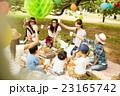 ピクニックを楽しむママ友達 23165742