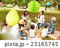 ピクニックを楽しむママ友達 23165745