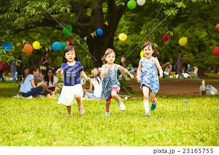 公園で遊ぶ子供 23165755