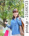 ショッピング 若い女性 屋外 23166723