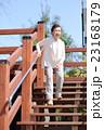 階段を降りるシニア女性 23168179