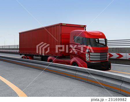 高速道路に走行する赤色のハイブリッドトラック 23169982