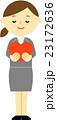 スーツの女性 ハート 23172636