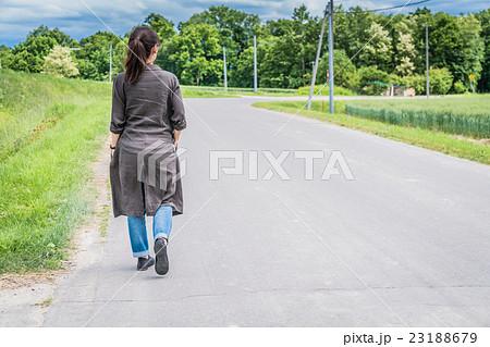 道を歩く女性 23188679