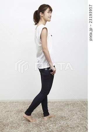 若い女性のデニム/ジーパン姿、全身 23193957