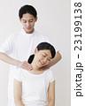 整体 整体士 マッサージ カイロプラクティック 女性 患者 男性 白バック 23199138