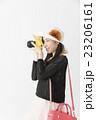 旅行先で撮影する女性 23206161