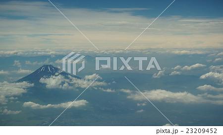 飛行機の窓からの夏の富士山 23209452