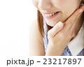 ビューティー メイク 化粧 女性 ビューティ 若い女性 スキンケア 美容 笑顔 23217897