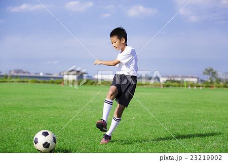 サッカーをする男の子 少年サッカー 男の子 小学生 サッカー 23219902