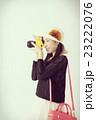 旅行先で撮影する女性 23222076