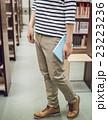 図書館の男性 23223236
