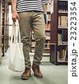 図書館の男性 23223354