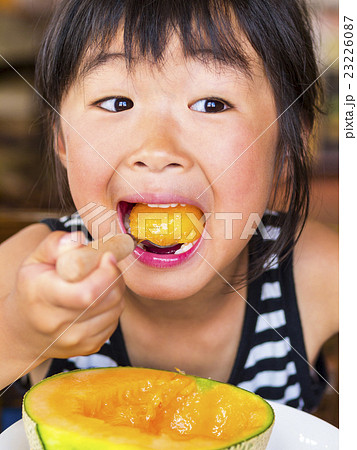 大口を開けてメロンを食べる女の子 23226087